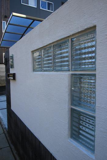 ホワイト・ブラックのツートンにおしゃれなガラスブロック。<br>船橋市I様邸9