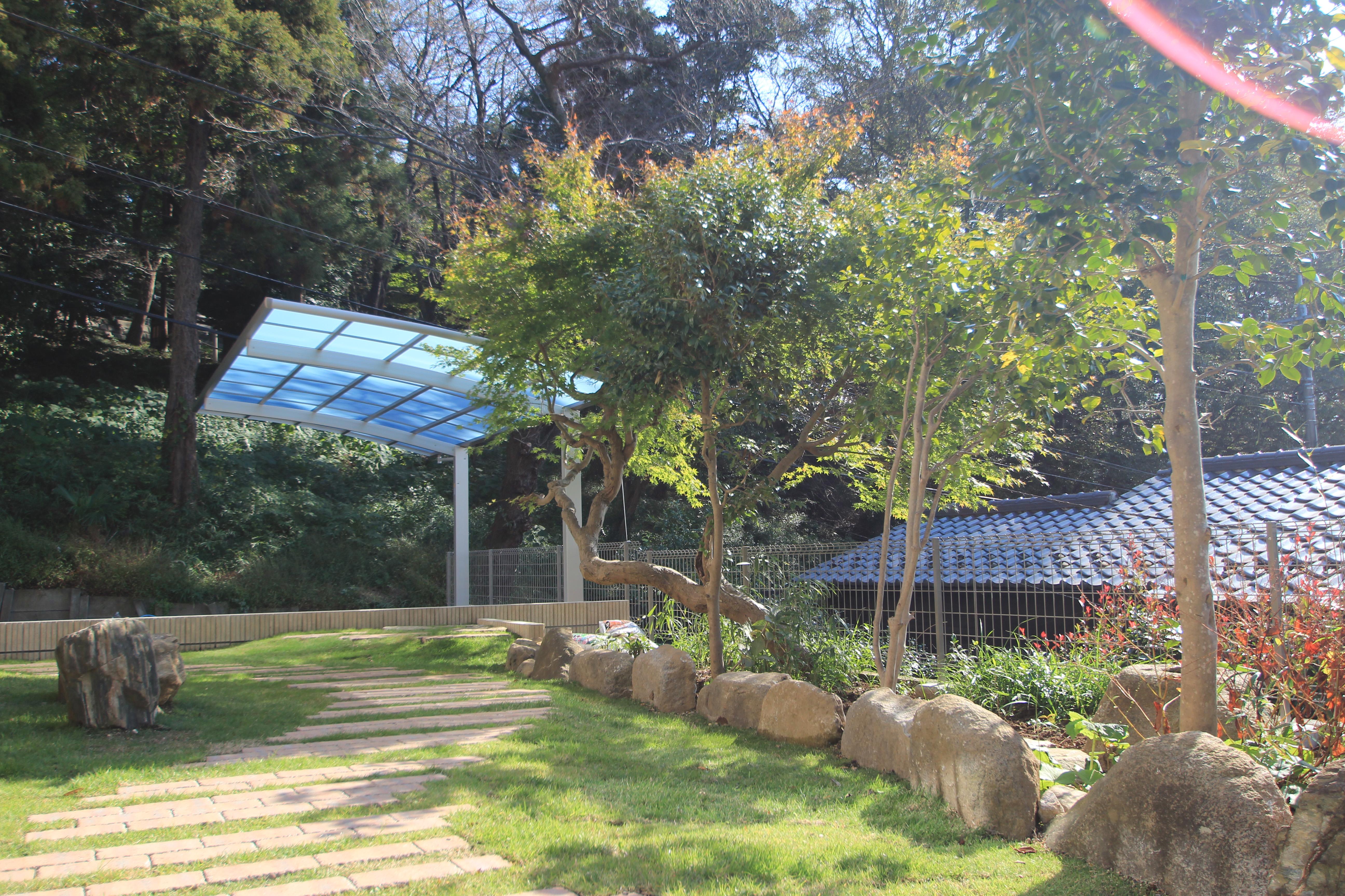 自然石を上品にあしらったプライベートガーデン。<br>松戸市S様邸20