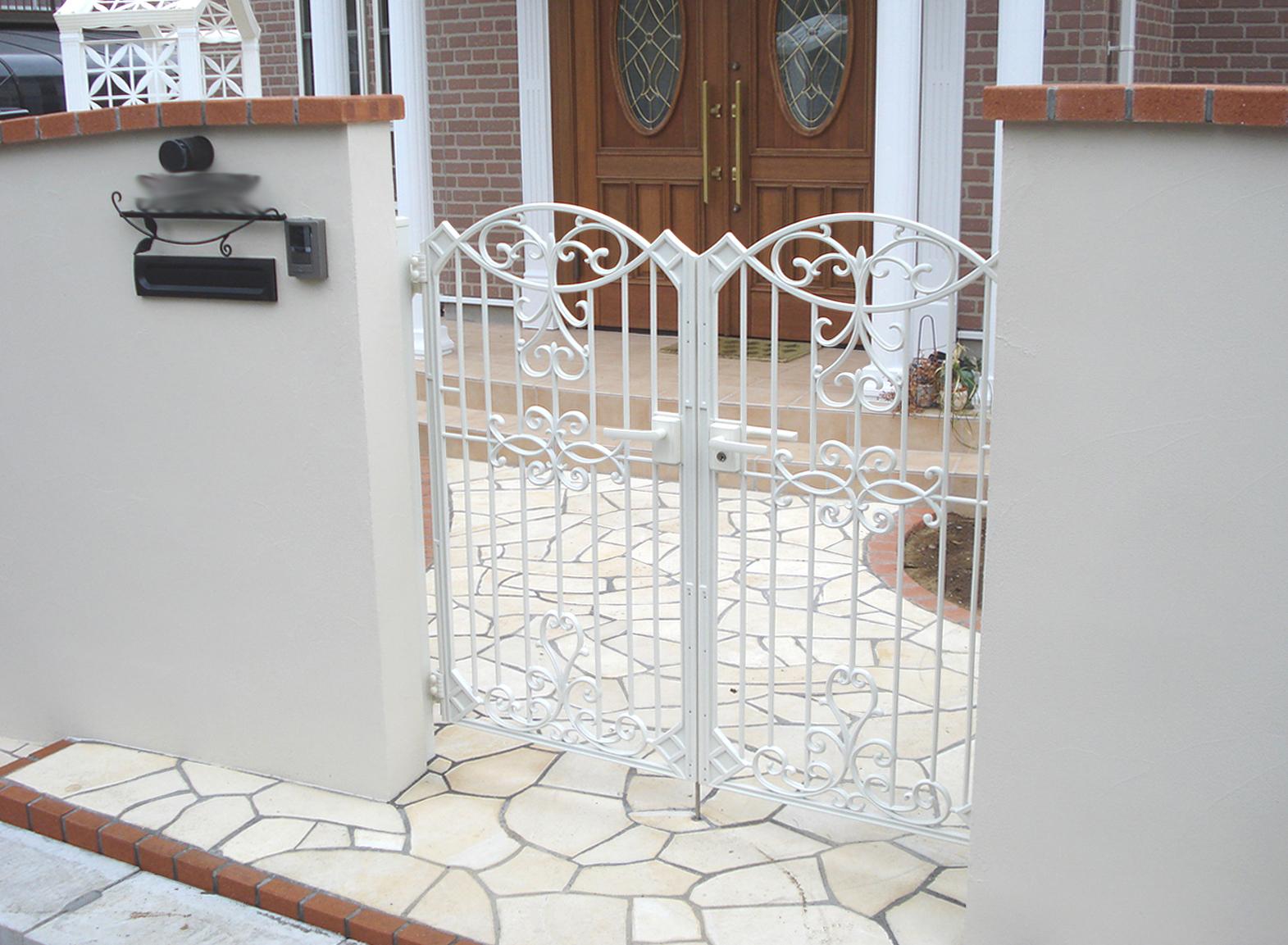 鋳物の門扉と曲線の壁<br>佐倉市S様邸6