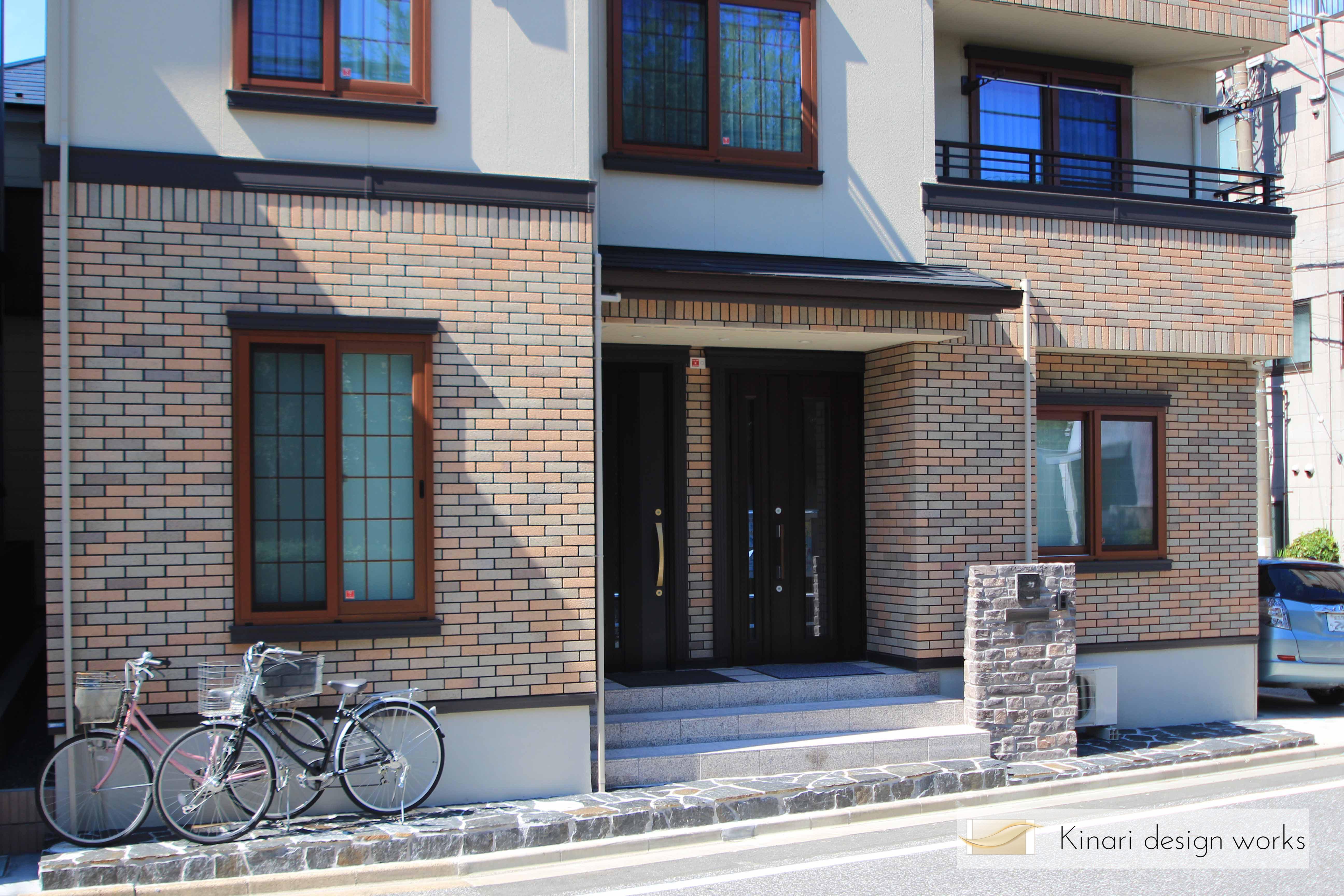 重厚な石貼りの玄関廻り<br>江戸川区T様邸1