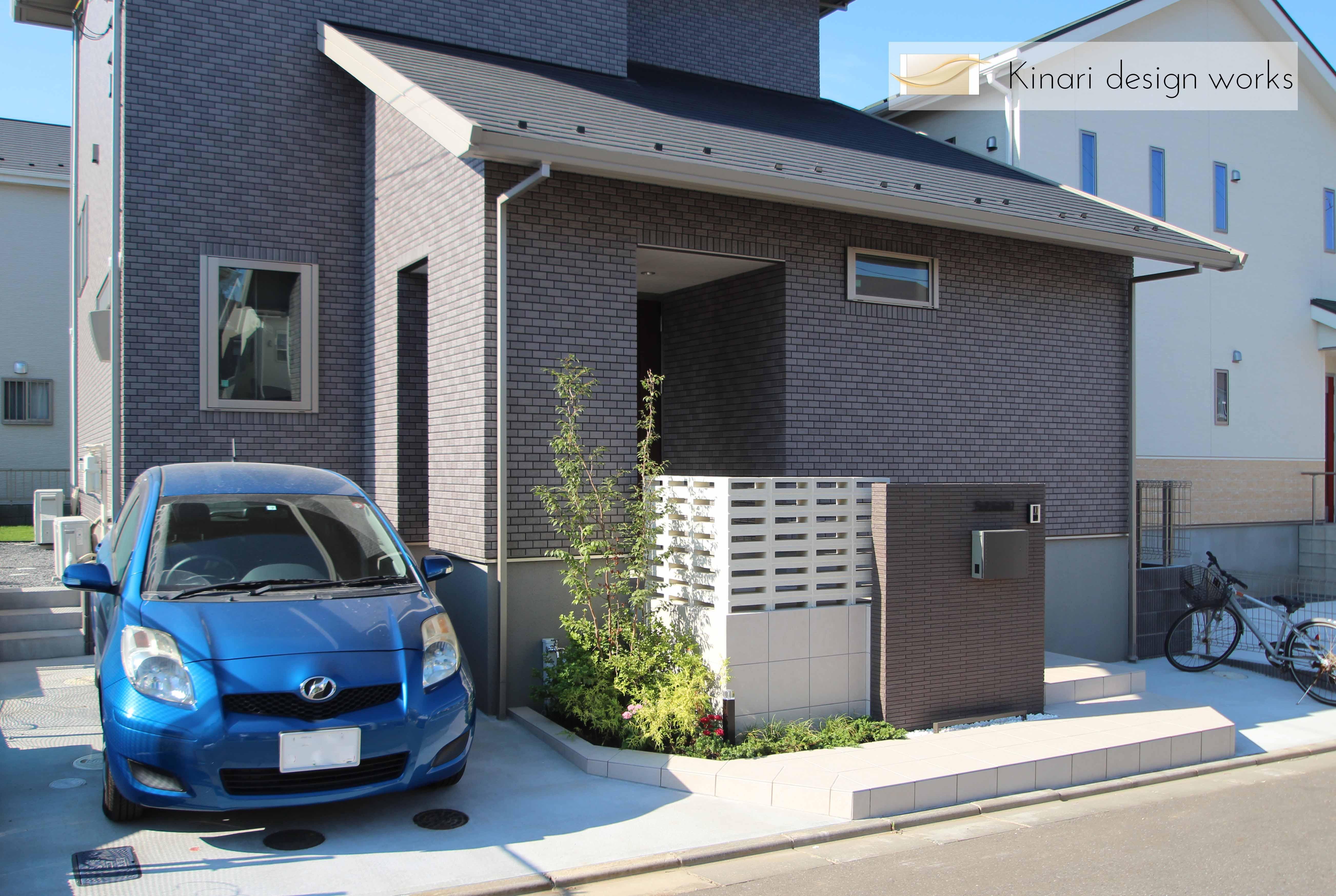 千葉市緑区。<br>スクリーンブロックの透け感で<br>すっきり美人な玄関廻り。1