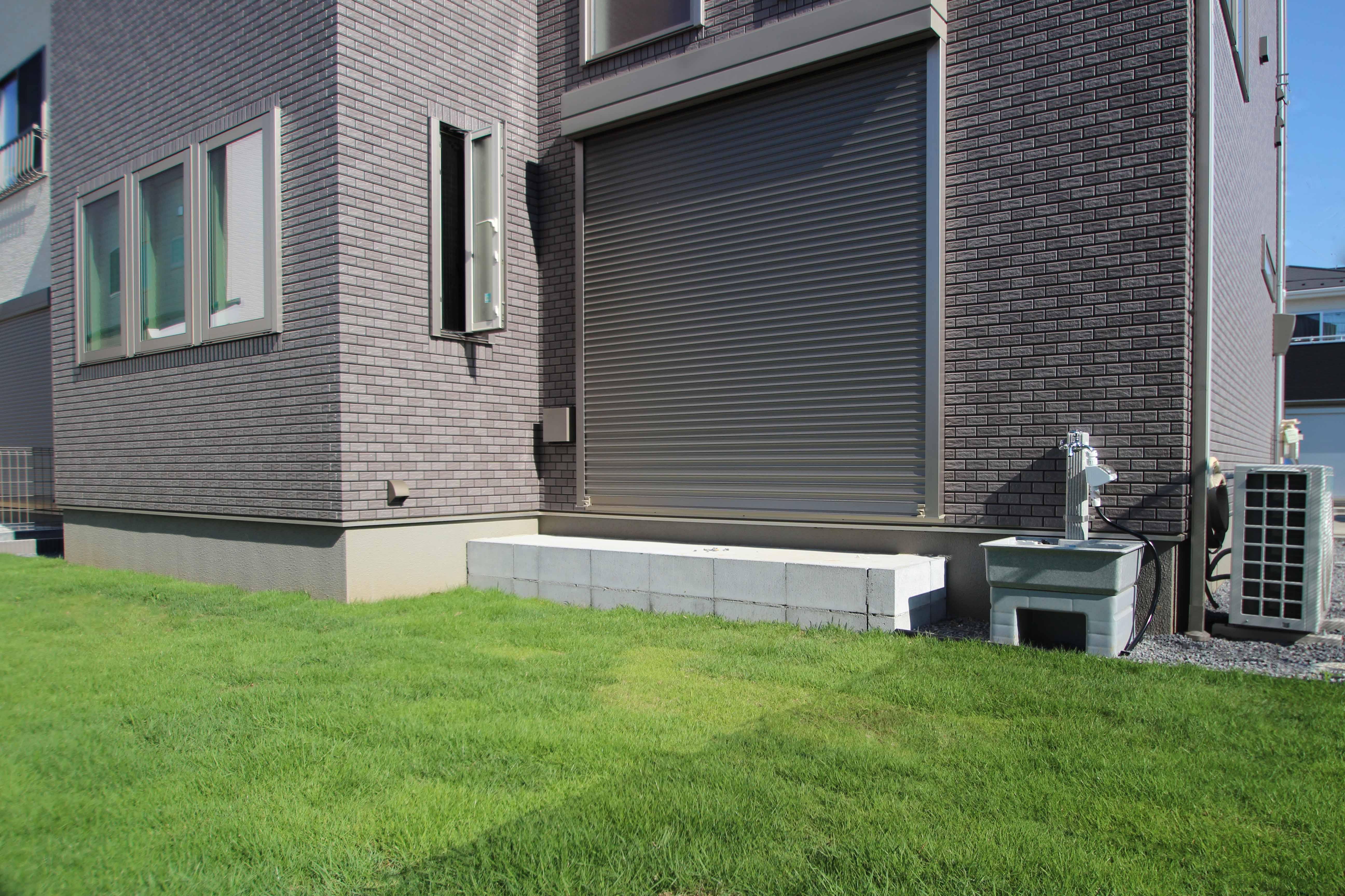 千葉市緑区。<br>スクリーンブロックの透け感で<br>すっきり美人な玄関廻り。12