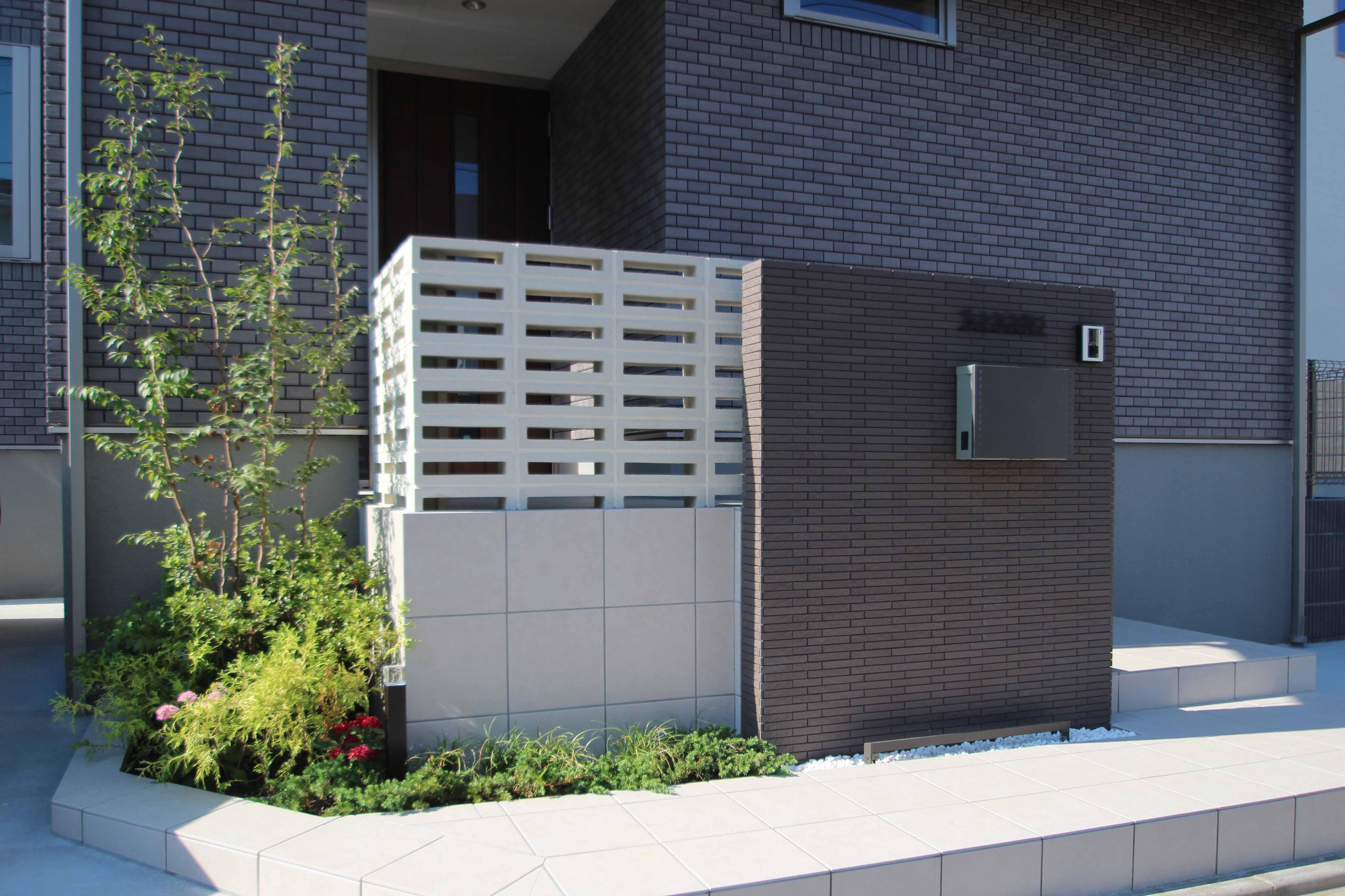 千葉市緑区。<br>スクリーンブロックの透け感で<br>すっきり美人な玄関廻り。5