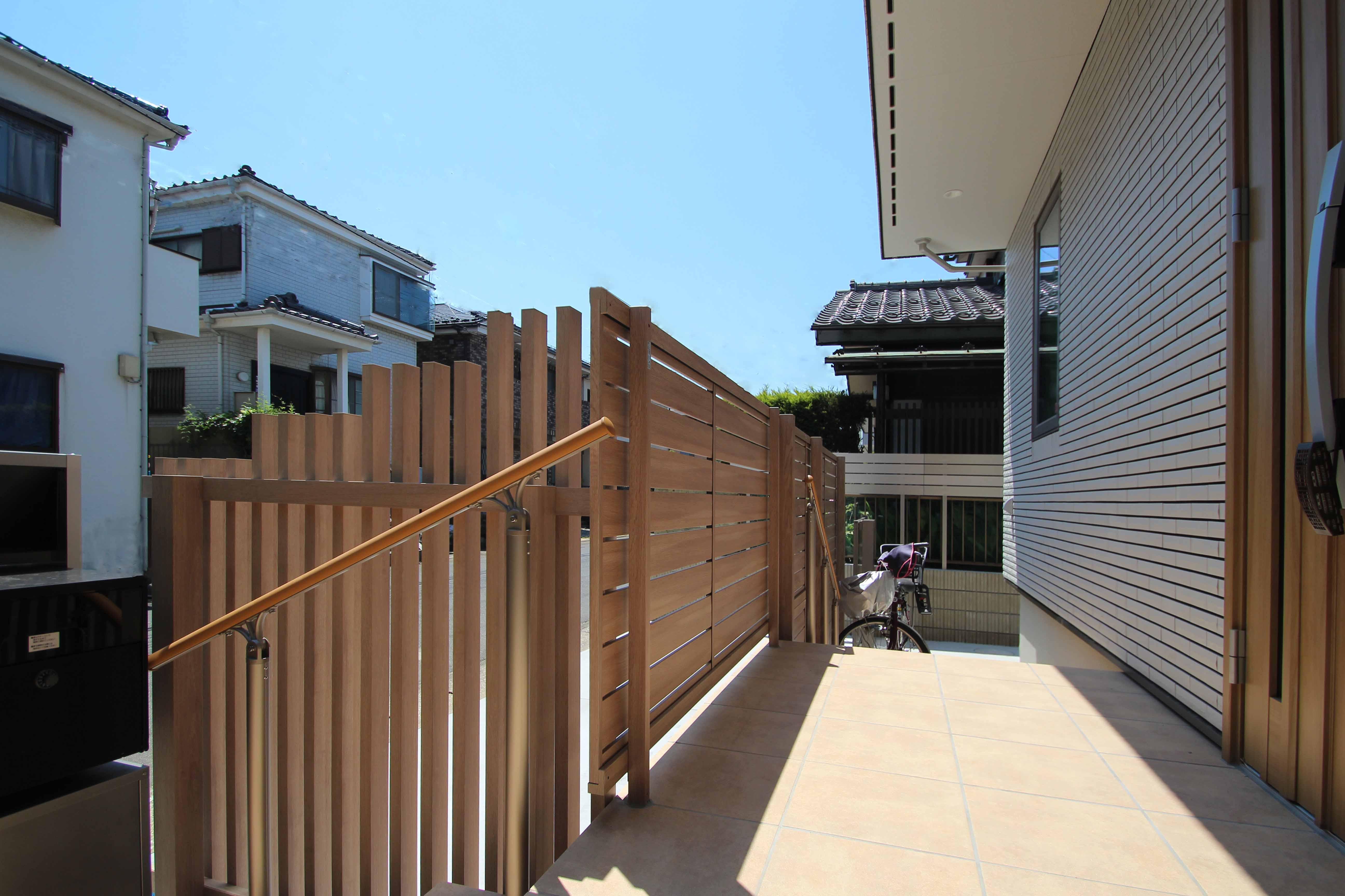 市川市。<br>ベージュカラーの建物をベースに、肌映りのいい木目調グラデーション。5