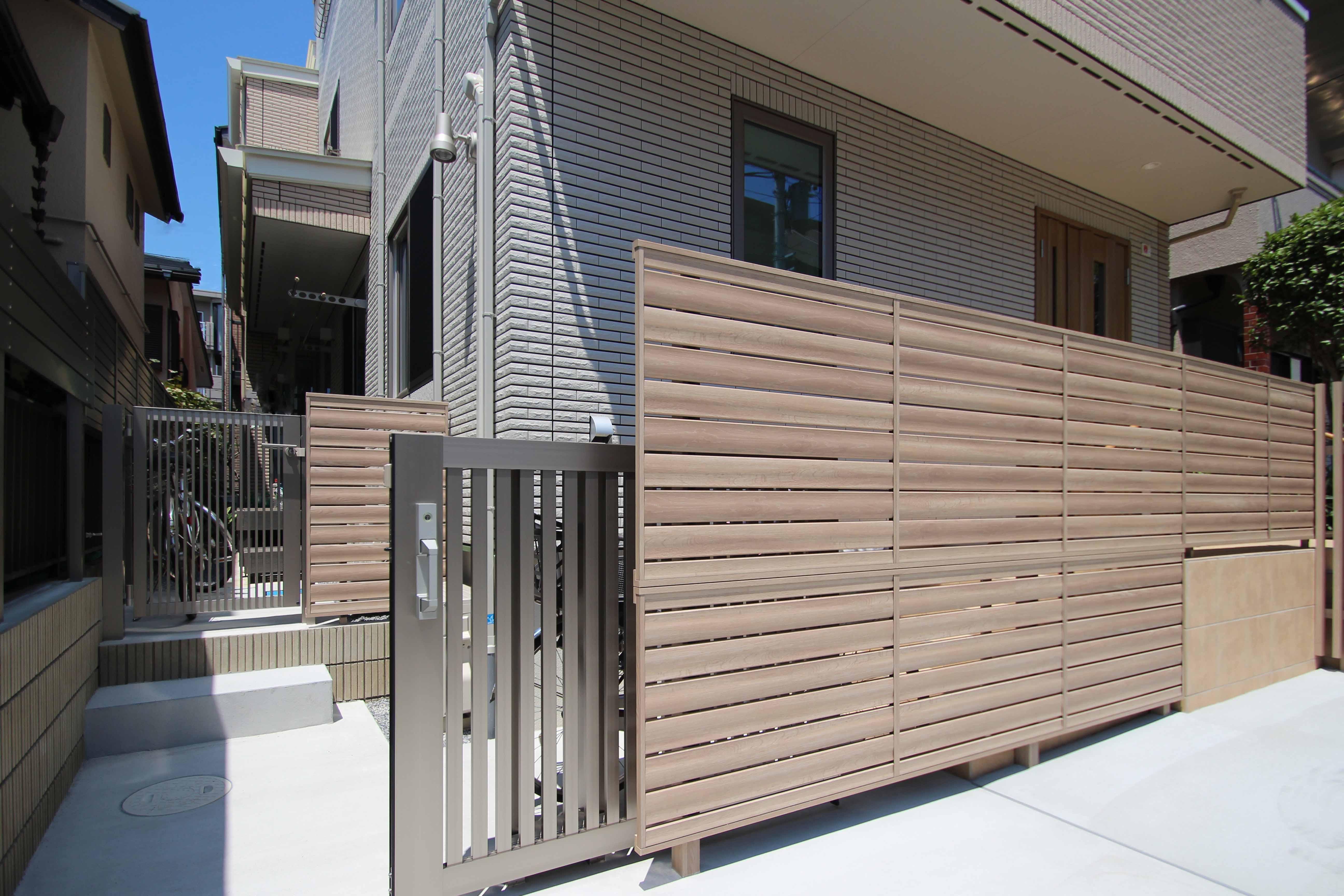市川市。<br>ベージュカラーの建物をベースに、肌映りのいい木目調グラデーション。6