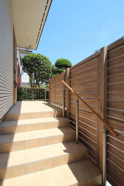 市川市。<br>ベージュカラーの建物をベースに、肌映りのいい木目調グラデーション。7