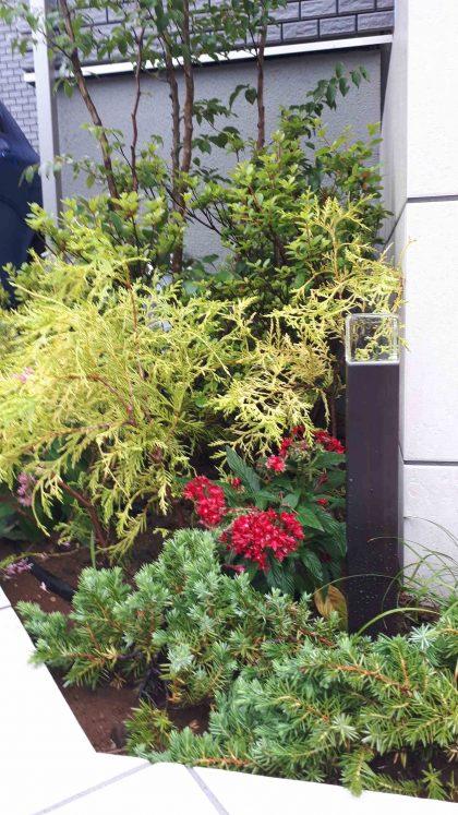千葉市緑区。<br>スクリーンブロックの透け感で<br>すっきり美人な玄関廻り。10