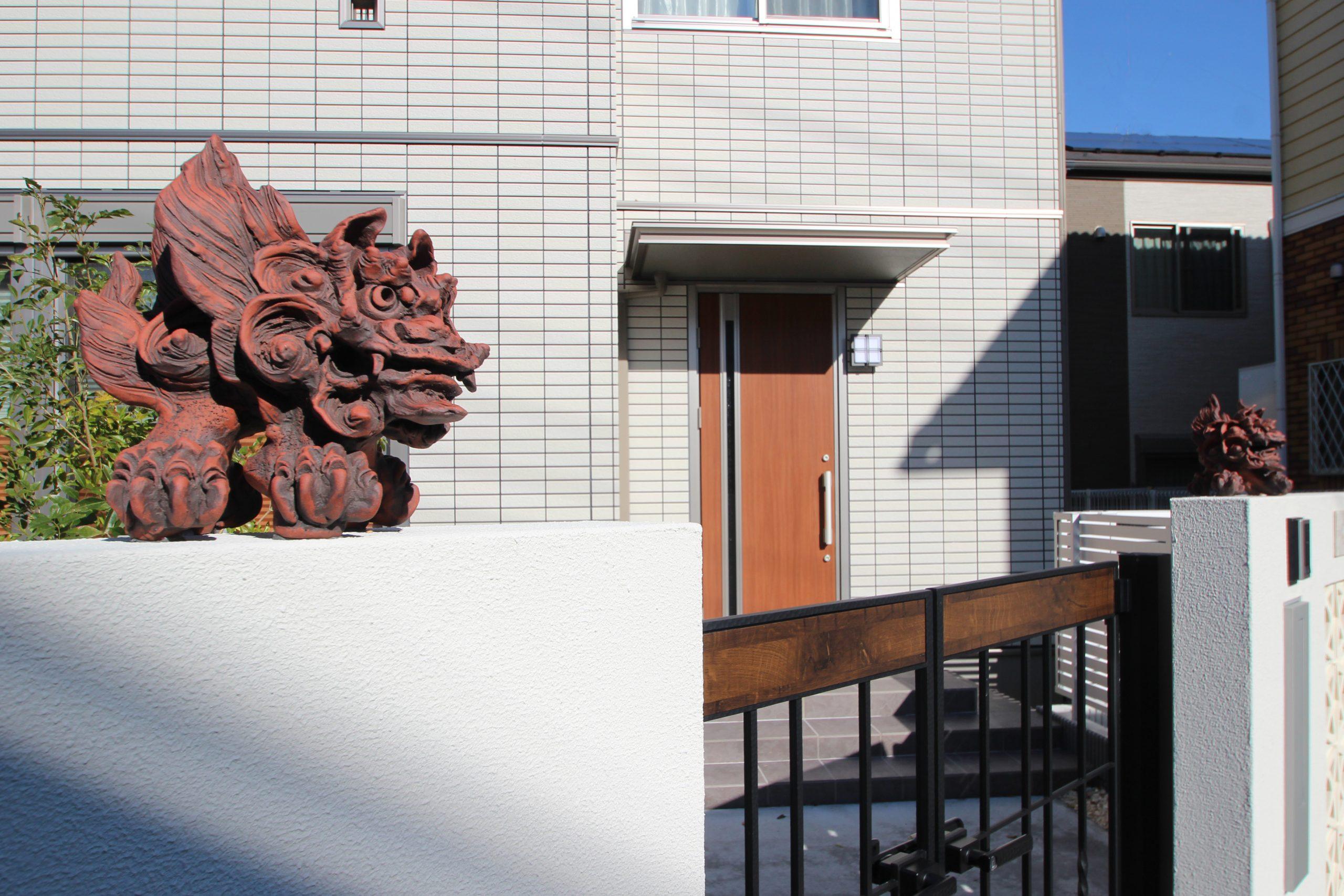 千葉市。<br>オリエンタルなリゾートテイスト。<br>自然石でデザインした門廻り。8