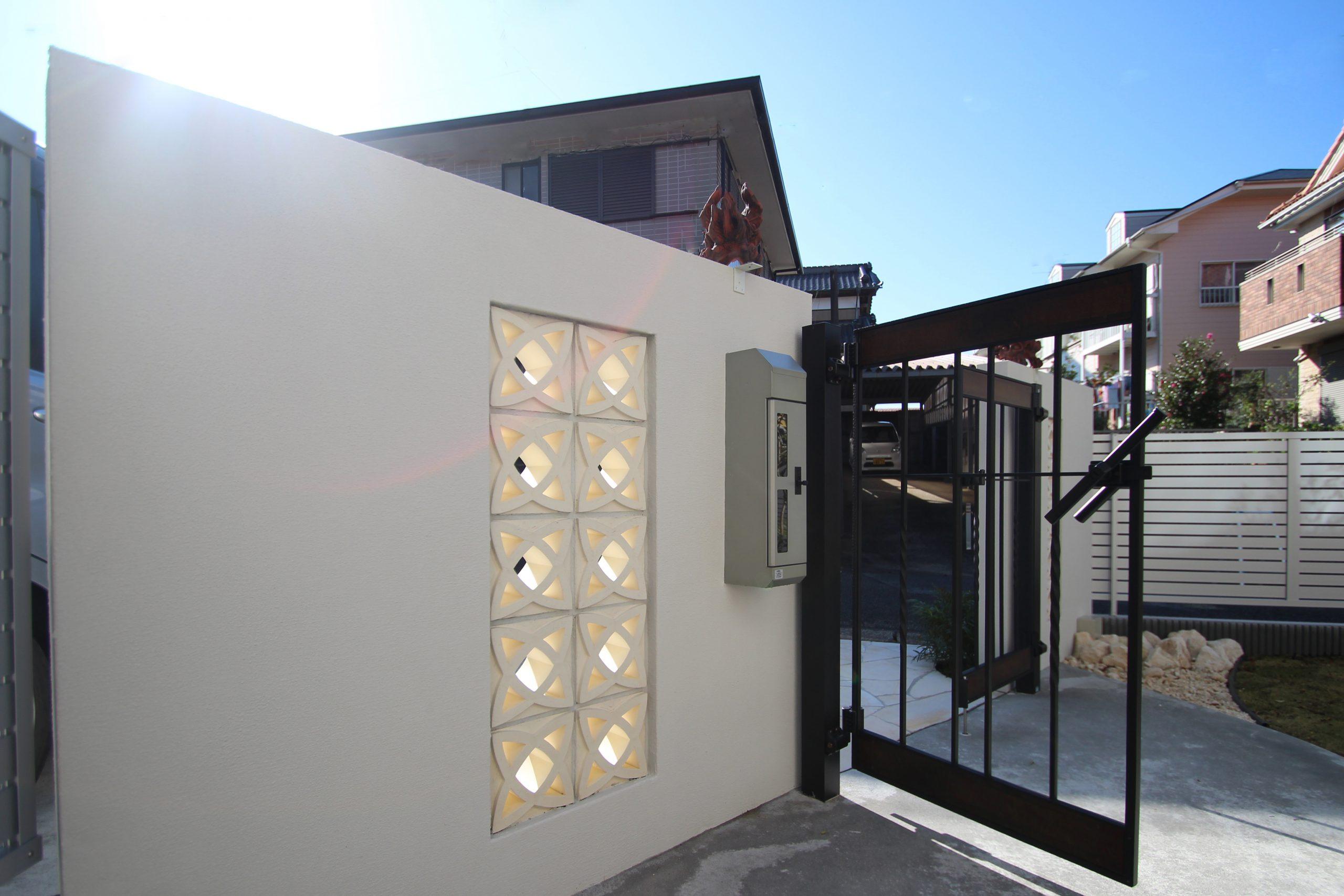 千葉市。<br>オリエンタルなリゾートテイスト。<br>自然石でデザインした門廻り。10