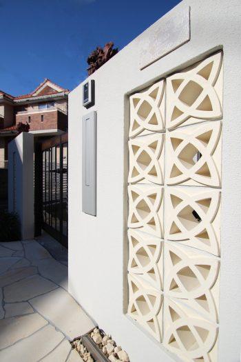 千葉市。<br>オリエンタルなリゾートテイスト。<br>自然石でデザインした門廻り。6