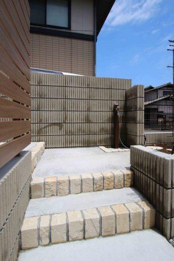 千葉市。<br>蝉時雨に包まれる砂岩の石畳み。<br>上品エレガントな素材感。16