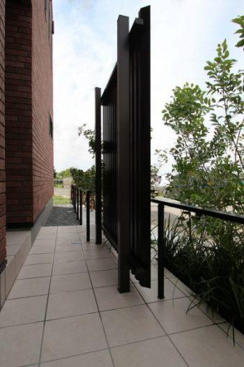 千葉市。<br>モダンな黒を流線美で紡ぐ。<br>ブラックの艶めきに映えるグリーン。11
